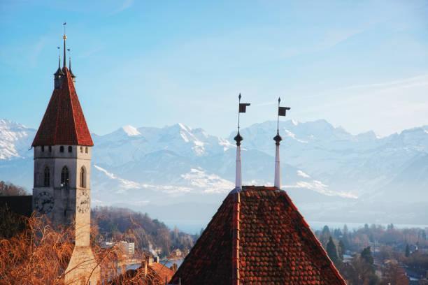 panorama von thun stadtkirche mit thunersee alpen der schweiz - thun switzerland stock-fotos und bilder