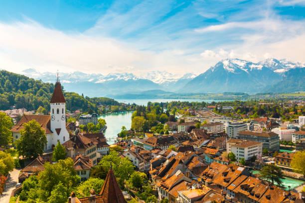 panorama der stadt thun mit alpen und thunersee see, schweiz. - thun switzerland stock-fotos und bilder