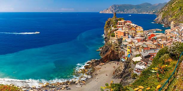 panorama di vernazza, cinque terre, liguria, italia - la spezia foto e immagini stock