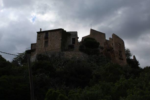 Panorama de Vespella desde el fondo del pueblo, Cataluña, España - foto de stock