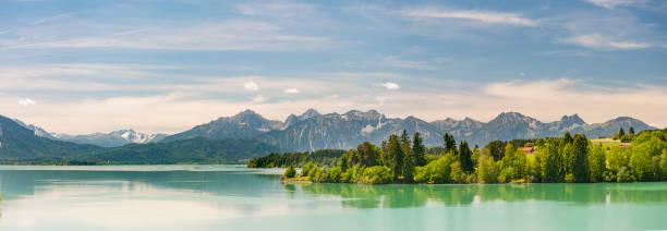 panorama-szene in bayern, mit alpen im see - berge in bayern stock-fotos und bilder