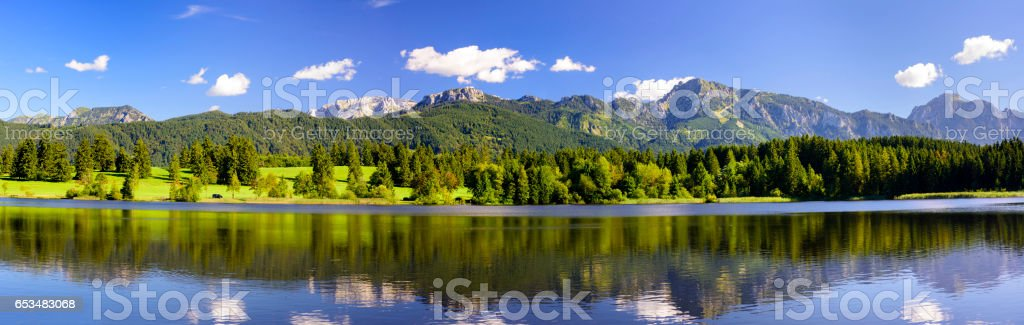 Panorama scene in Bavaria, Germany, with alps mountains mirroring in lake – Foto