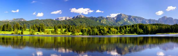 Panorama-Szene in Bayern, mit Alpen im See – Foto