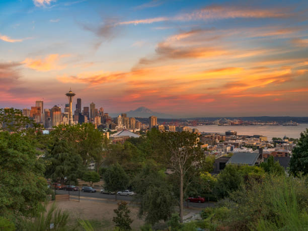 Panorama Sonnenuntergang Skyline von Seattle und Mount Rainier – Foto