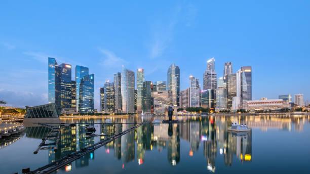 Quartier financier de la ligne d'horizon du Singapour du panorama, emplacement de voyage au crépuscule du temps - Photo