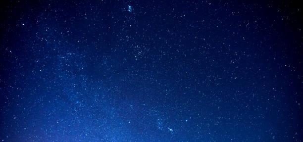 panorama sky and stars, long exposure photograph, with grain and select white balance.night sky. - céu a noite imagens e fotografias de stock