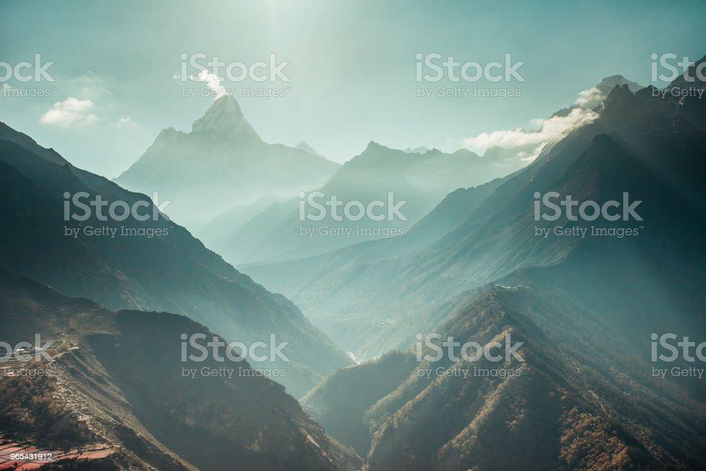 全景喜馬拉雅山和峽谷。尼泊爾 - 免版稅全景圖庫照片