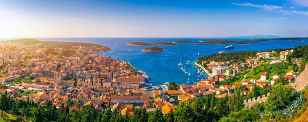 Panoramablick auf einen erstaunlichen Archipel vor der Stadt Hvar, Kroatien. Hafen der alten adriatischen Inselstadt Hvar. Erstaunliche Hvar Stadt auf Hvar Insel, Kroatien. Hochauflösendes Foto von Hvar Stadt, Kroatien. – Foto
