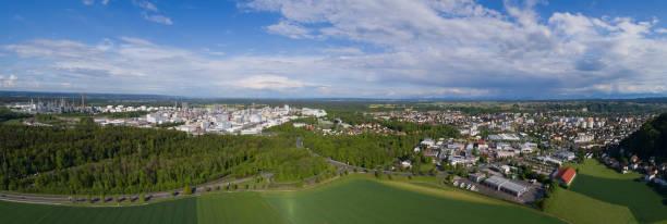 panoramablick auf burghausen - bayern fußball heute stock-fotos und bilder