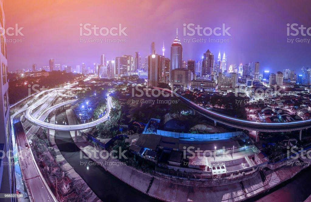 Panoramablick über Kuala Lumpur Skyline der Stadt während der blauen Stunde mit dichten Verkehr auf der Autobahn. – Foto