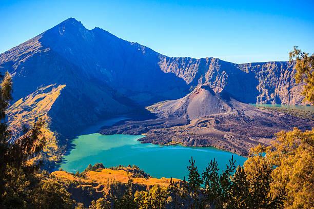panorama view of mountain rinjani of indonesia - lombok stockfoto's en -beelden