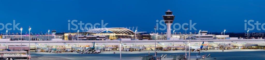 Vista panorámica del aeropuerto de Múnich al atardecer, Alemania - foto de stock