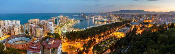 Panoramablick auf den Hafen und das Zentrum von Malaga City in der Dämmerung, Andalusien, Spanien – Foto