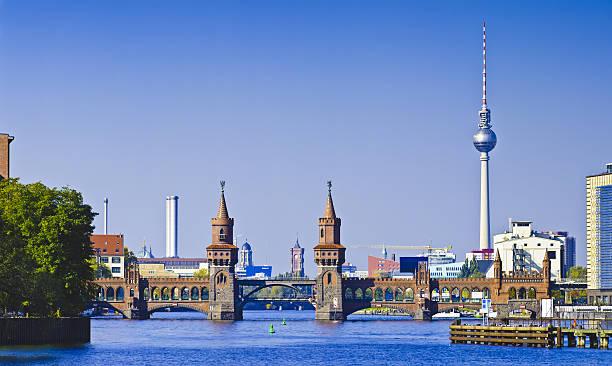 panorama mit oberbaumbrücke in berlin - oberbaumbrücke stock-fotos und bilder