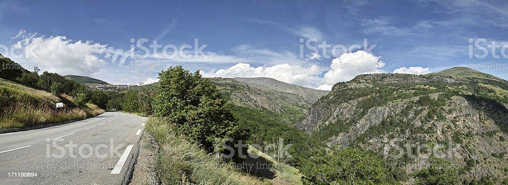 panorama mit street zur Alpe D'Huez Ecrins Alpen im Sommer – Foto