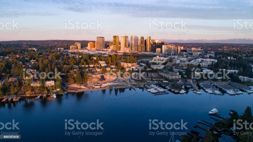 Vista panorámica paisaje aéreo de Bellevue Washington Waterfront City Skyline - foto de stock