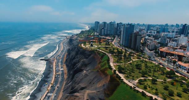 vista aérea panorámica de la ciudad de miraflores en lima, perú. - perú fotografías e imágenes de stock
