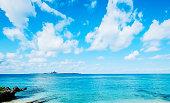 沖縄県におけるファンタジーの青い空と美しい海のレベルのパノラマ鳥の目空撮