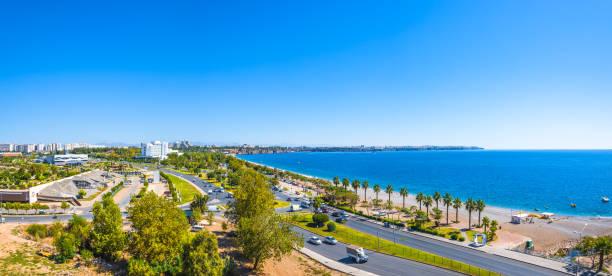 Panoramablick auf Antalya und Mittelmeerküste und Strand, Antalya, Türkei – Foto