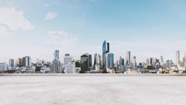 vista panorámica de la ciudad con piso de concreto vacía - ciudad fotografías e imágenes de stock