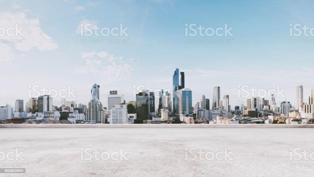 與空的混凝土樓板的城市全景視圖圖像檔