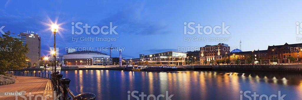 Noche panorámica vista al río Lagan Belfast Irlanda del Norte - foto de stock