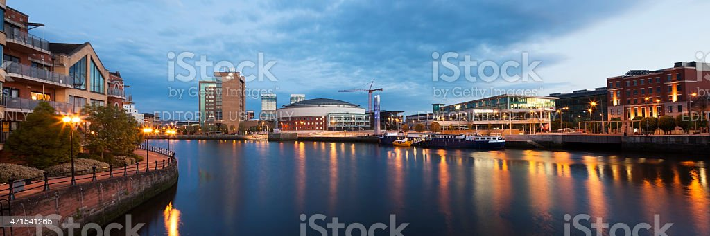 Noche panorámica vista al río Lagan Belfast - foto de stock