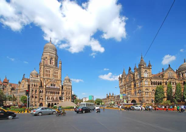 begane grond panoramisch uitzicht op erfgoed precinct van zuid-mumbai tonen prachtige gotische architectuur - mumbai stockfoto's en -beelden