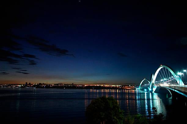 Imagem panorâmica de JK Bridge à noite - foto de acervo