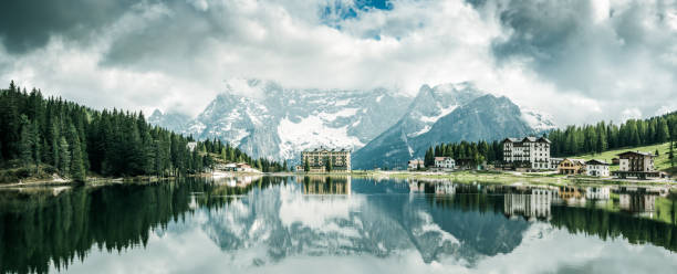 panorama-bild von misurina see und italienischen alpen und tirol berge - hotel alpenblick stock-fotos und bilder
