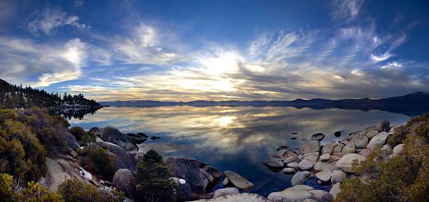 panoramablick auf den lake tahoe bei sonnenuntergang, kalifornien, usa - lake tahoe winter stock-fotos und bilder