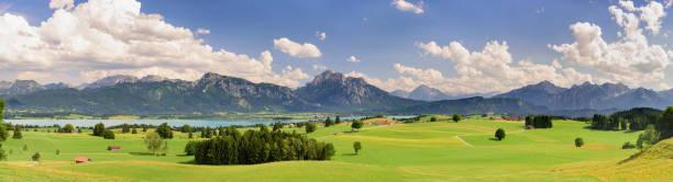 panorama-landschaft in bayern mit bergkette der alpen - regierungsbezirk schwaben stock-fotos und bilder