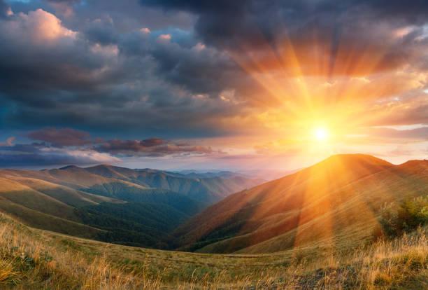 Paisaje panorámico de la fantástica puesta de sol en las montañas de otoño. - foto de stock