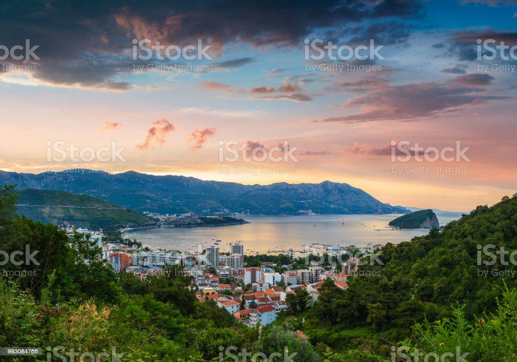 Panorama-Landschaft von Sveti Nikola Insel und Budva Riviera. – Foto