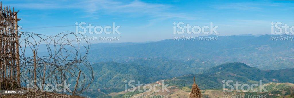Panorama-Landschaft Landschaft an Thailand und Myanmar Grenze in Chiengrai mit Stacheldrahtzaun und Hintergrund der Berge und blauer Himmel – Foto