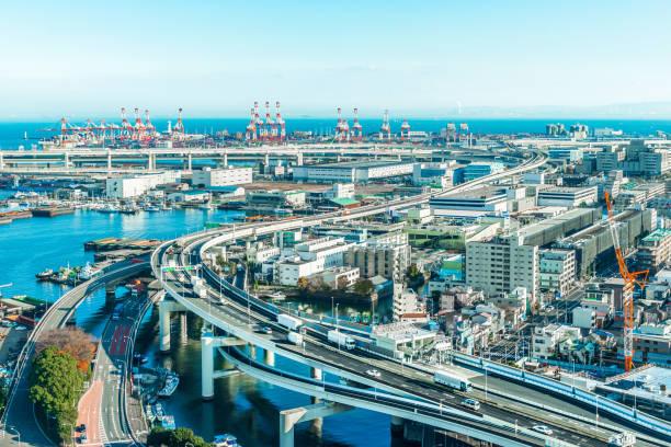 panoramic modern city skyline aerial view of yokohama bayshore route expressway under blue sky in yokohama, japan - prefektura kanagawa zdjęcia i obrazy z banku zdjęć