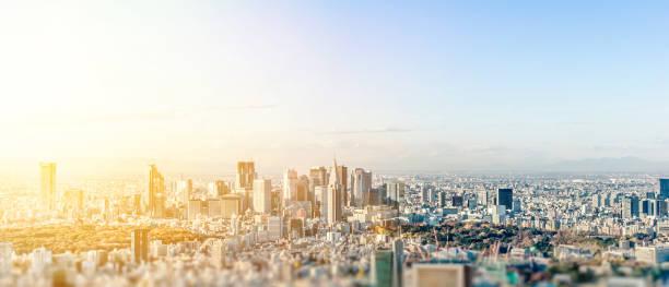Panoramablick auf die moderne Stadt Skyline Luftbild unter blauem Himmel in Tokio mit Miniatur-Lens-Tilt-Shift Unschärfe-Effekt – Foto