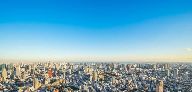 近代的な市街のパノラマ スカイライン空中の鳥瞰図黄金の太陽の下でお台場や東京タワー - 朝日 ストックフォトと画像