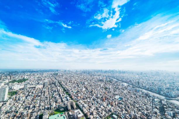 Panoramablick auf die moderne Stadt urban Skyline Luftbild Vogelperspektive unter Sonne & blauen Himmel in Tokio, Japan – Foto