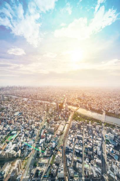 近代的な市街のパノラマ都市スカイライン空中鳥瞰図東京都太陽・青い空の下で - 朝日 ストックフォトと画像