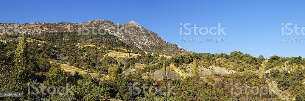 Vue panoramique sur le paysage de montagne avec ciel bleu photo libre de droits