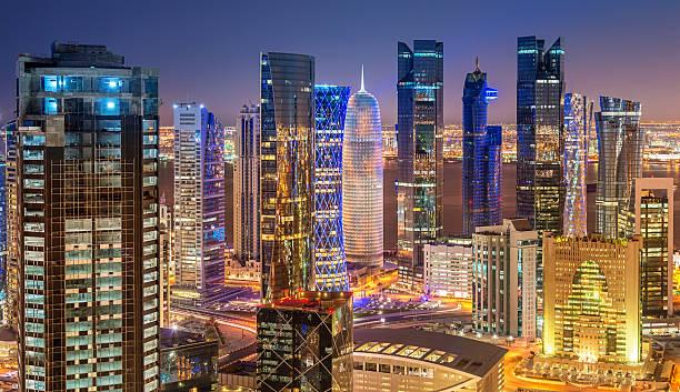 noche panorámica vista de los edificios de la ciudad de doha, qatar - qatar fotografías e imágenes de stock