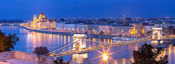 Panoramic of Chain Bridge and Parliament in Budapest at dusk – Foto