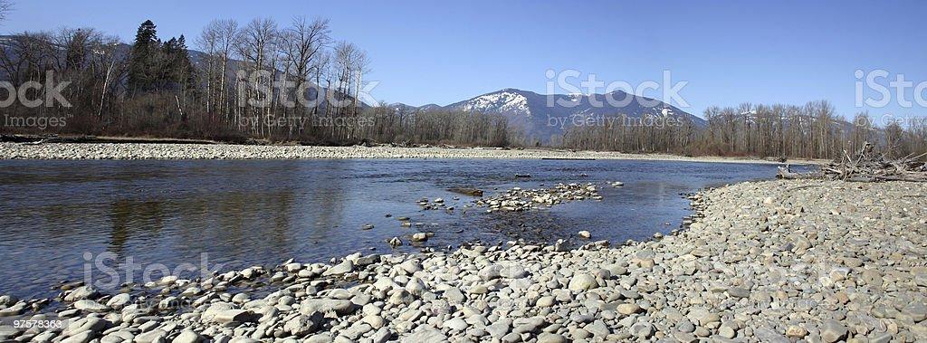 Vue panoramique de la rivière avec les montagnes en arrière-plan photo libre de droits