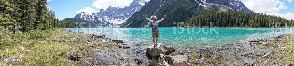 Panorama von Frau ausgestreckten vom Bergsee – Foto