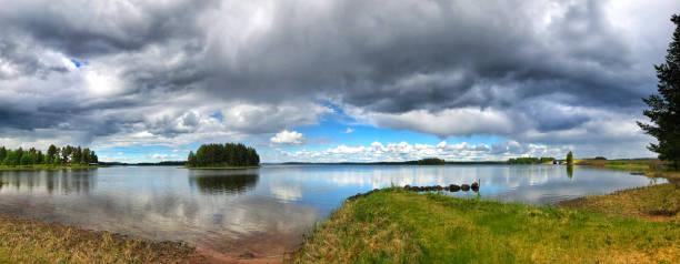 Photo panoramique d'un beau lac avec une petite île et une fantastique cloudscape en Dalécarlie, Suède - Photo