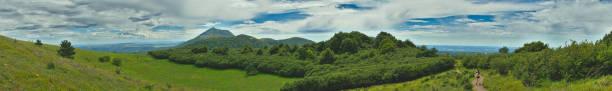 photo panoramique du puy de dôme - chaine des puys photos et images de collection