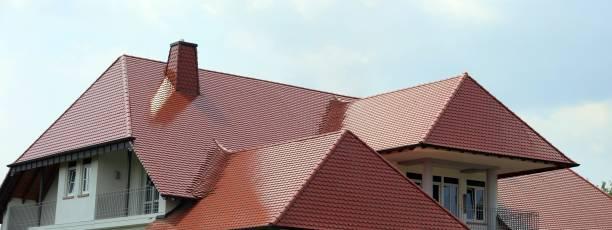 Panorama-Bild von einem neuen Dach auf ein Wohnhaus – Foto