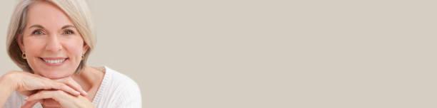 Retrato panorámico de una atractiva mujer mayor elegante que se relaja en casa pancarta web panorámica con espacio de copia - foto de stock