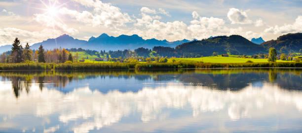 panorama-szene in bayern mit alpen berge spiegelung im see - allgäu stock-fotos und bilder